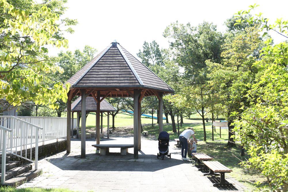 となみ公園ポータル 砺波総合運動公園(風の丘公園) 西側休憩スペース