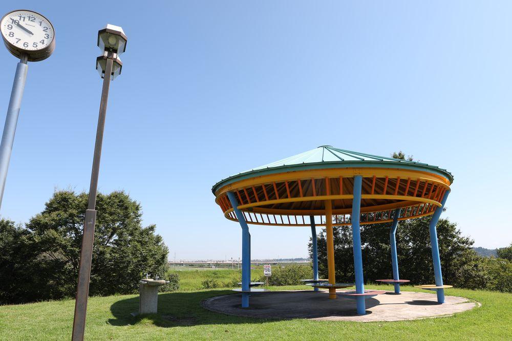 となみ公園ポータル 砺波総合運動公園(風の丘公園) 東側休憩スペース