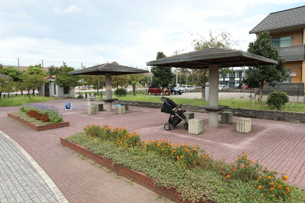 となみ公園ポータル 深江ひがし緑の公園 休憩スペース