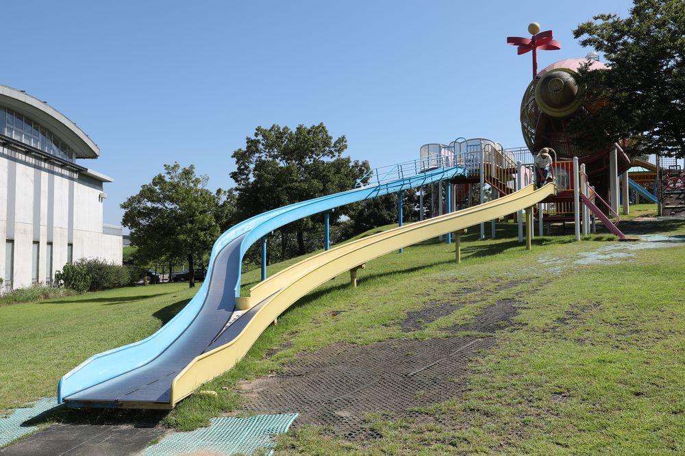 となみ公園ポータル 砺波総合運動公園(風の丘公園) ローラー滑り台