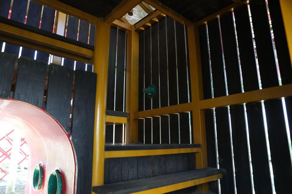 となみ公園ポータル 砺波総合運動公園(風の丘公園) 複合遊具1階階段