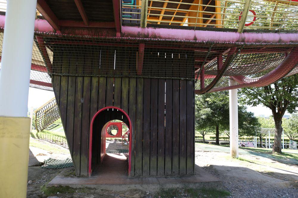 となみ公園ポータル 砺波総合運動公園(風の丘公園) 複合遊具入り口付近