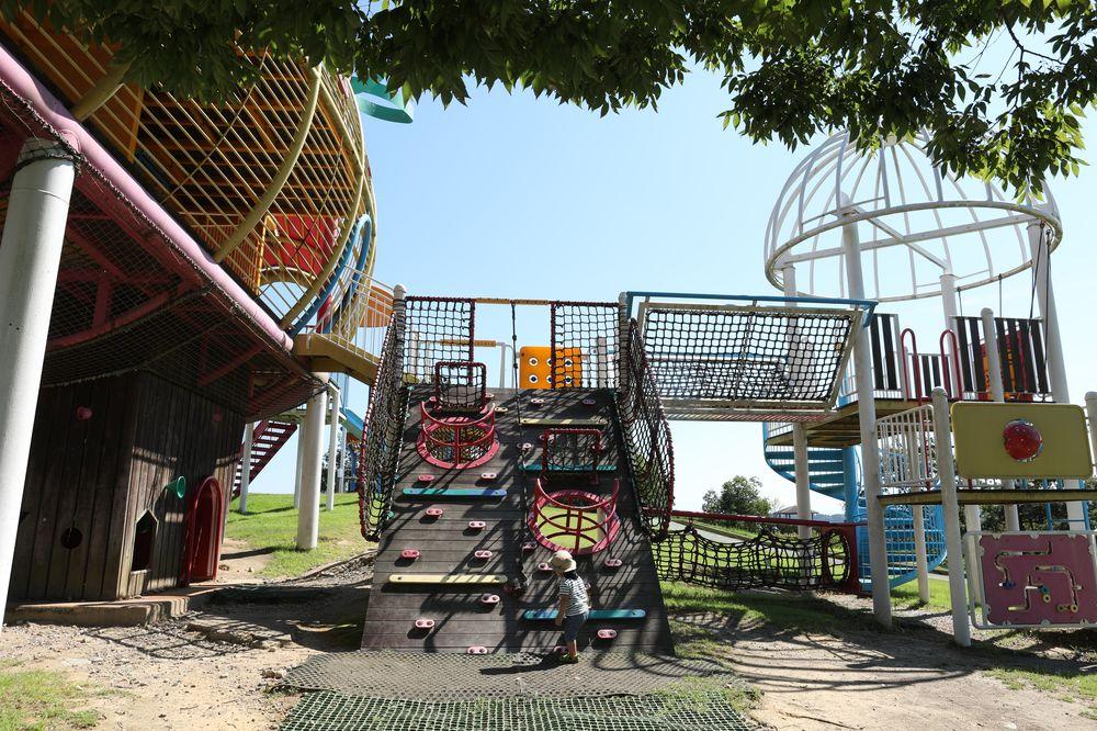 となみ公園ポータル 砺波総合運動公園(風の丘公園) 複合遊具アスレチック