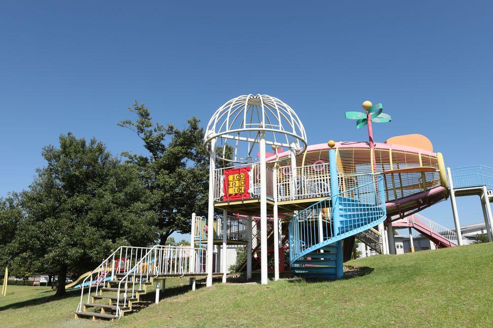 となみ公園ポータル 砺波総合運動公園(風の丘公園) 南側遊具全景