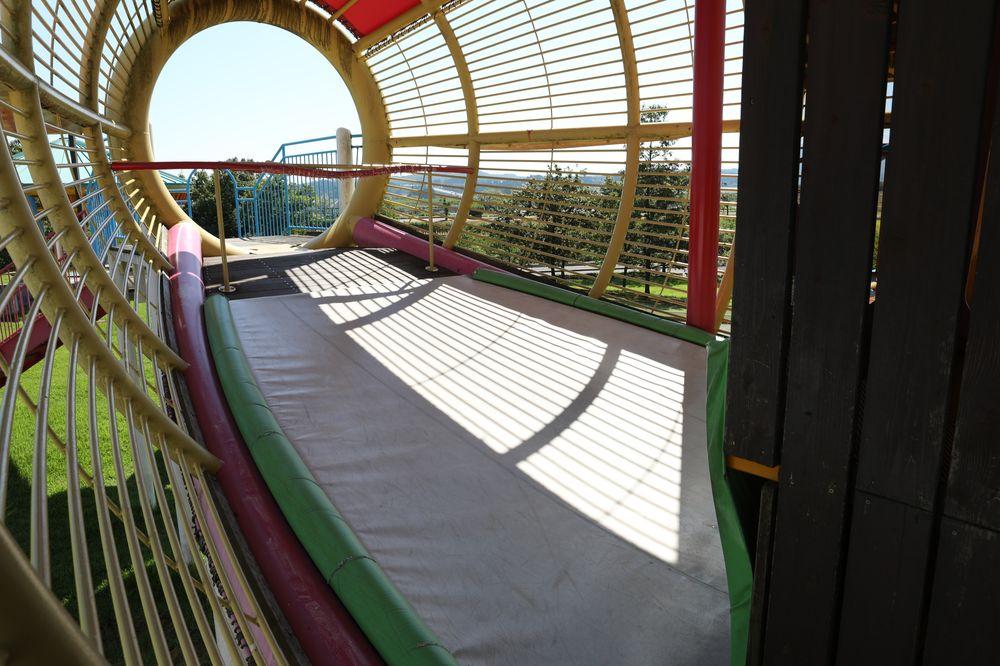 となみ公園ポータル 砺波総合運動公園(風の丘公園) 複合遊具2階トランポリン
