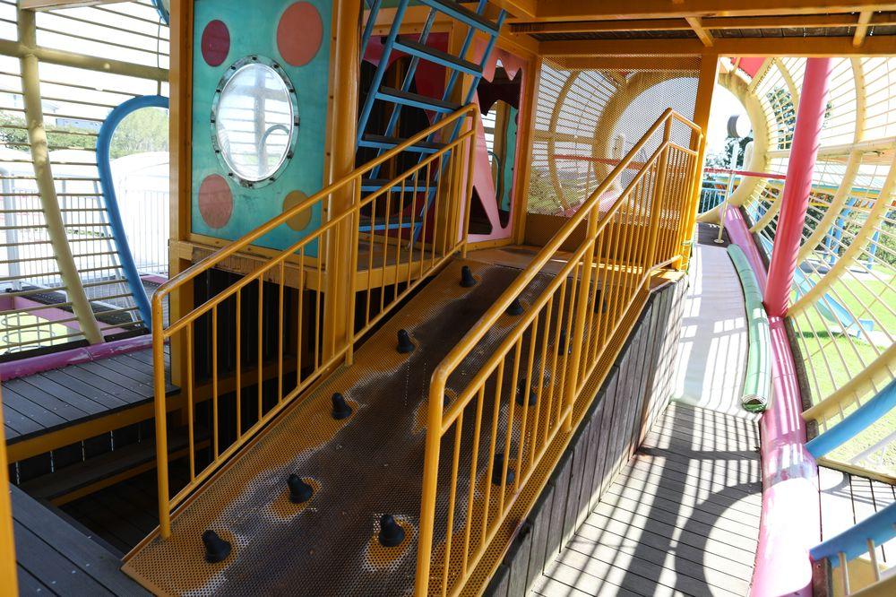となみ公園ポータル 砺波総合運動公園(風の丘公園) 複合遊具3階への坂