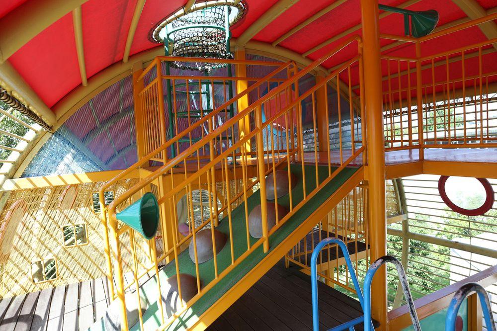 となみ公園ポータル 砺波総合運動公園(風の丘公園) 複合遊具4階への坂