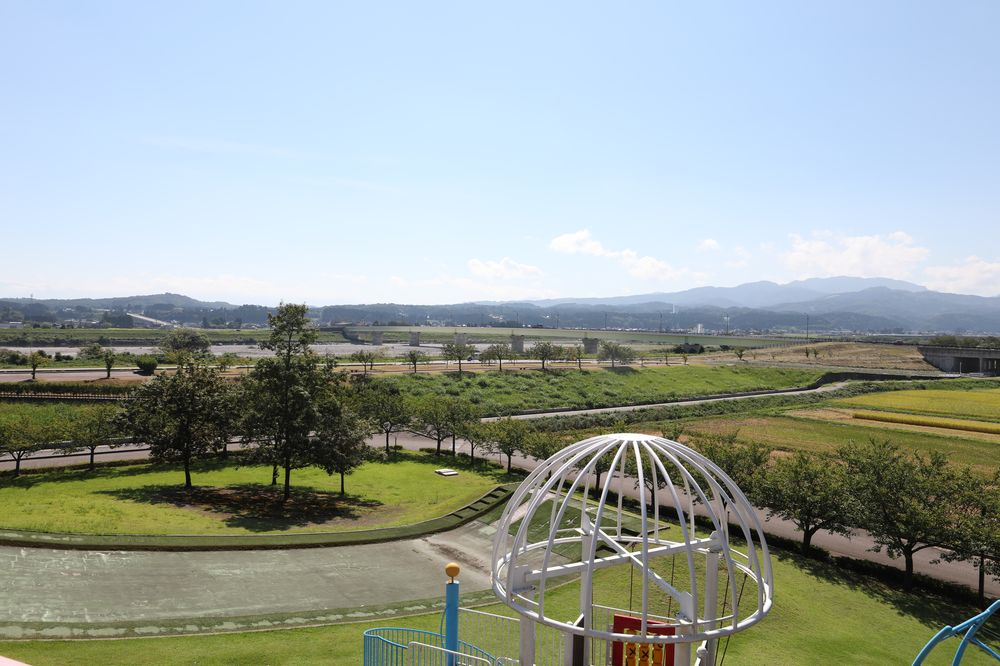 となみ公園ポータル 砺波総合運動公園(風の丘公園) 複合遊具展望台からの眺め