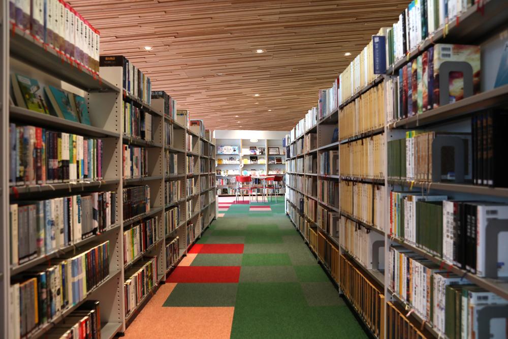 となみ公園ポータル 砺波市砺波図書館 本棚