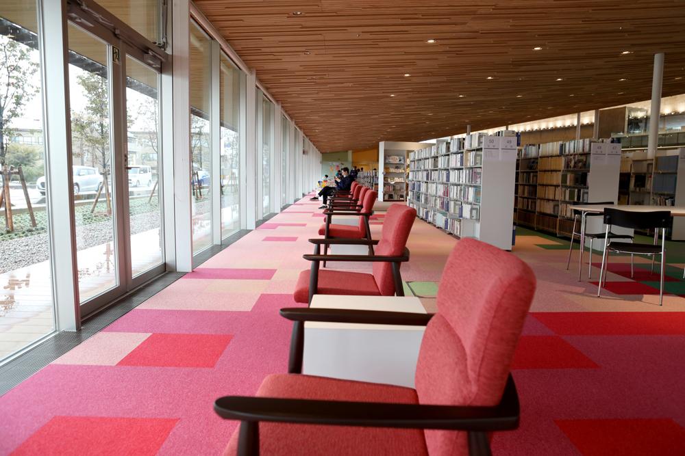 となみ公園ポータル 砺波市砺波図書館 西側読書席