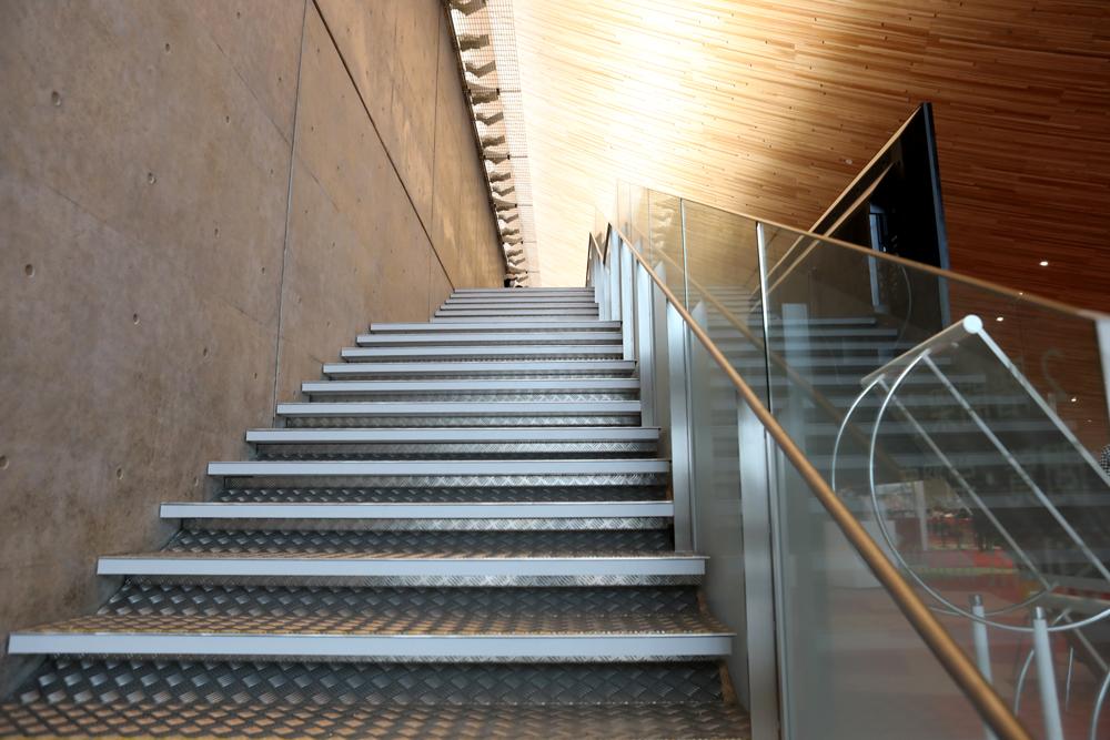 となみ公園ポータル 砺波市砺波図書館 階段